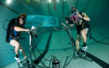 Nieuw wereldrecord: Calypso fietst 27 uur lang op de bodem van het zwembad