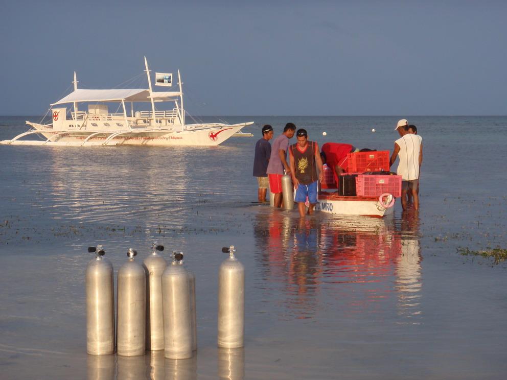 Coral Gardening_KLF-091201-010 - Laden van de project boot