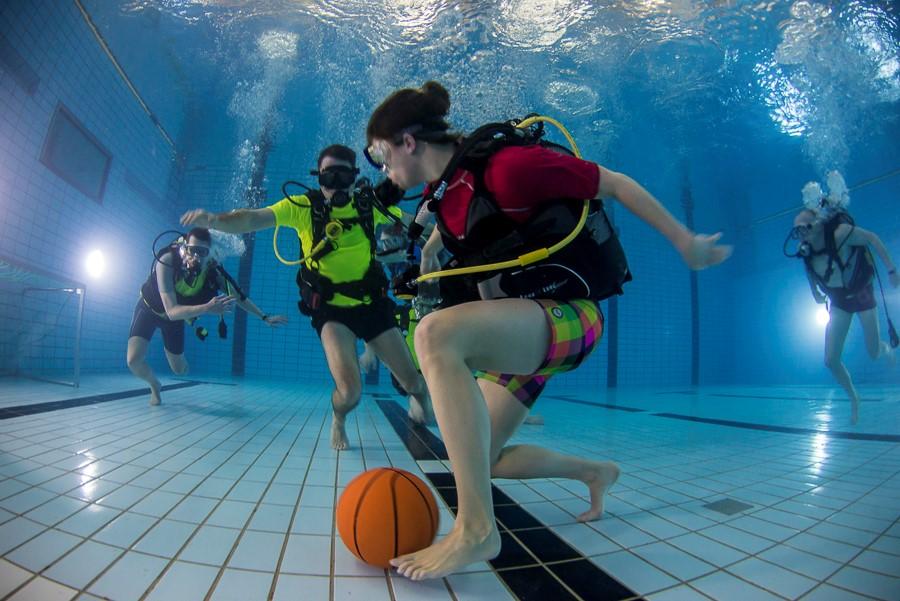 Onderwatervoetbal. Foto: Rob Aarsen