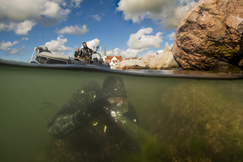 Een duiker van het Very Shallow Water-team aan het werk bij Bornholm.Foto: Ministerie van Defensie.