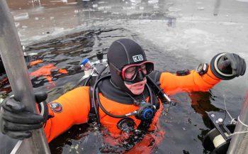 Ben ik verzekerd als ik zonder opleiding in een droogpak duik?