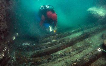 Begraafplaats en oorlogsschip gevonden in verzonken stad