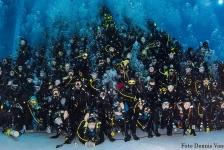 Duikers vestigen wereldrecord menselijke piramide onder water
