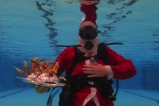 In beeld: Kerstdiner onder water