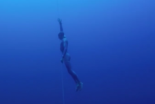 Onderwaterdrone filmt freediver van start tot finish