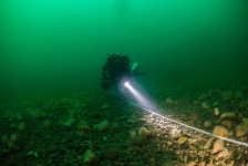Vissers halen keien Greenpeace weer uit zee
