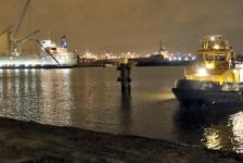 Nachtelijke 'duiker' van paal in Waalhaven gehaald