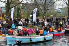 Plastic vissen in Utrechtse grachten