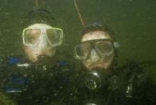De algen bloeien: Troebel zeewater en schuim