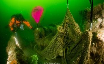 Duikers ruimen 3000 kg visnetten op uit Noordzee