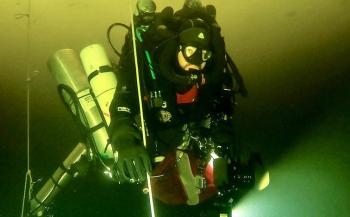 Canadees maakt diepste duik onder het ijs