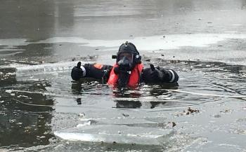 Brandweerduikers Utrecht oefenen op en onder het ijs
