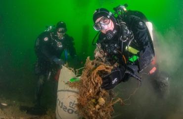 Expeditie Helgoland - duikers halen 3500 kg afval uit Noordzee