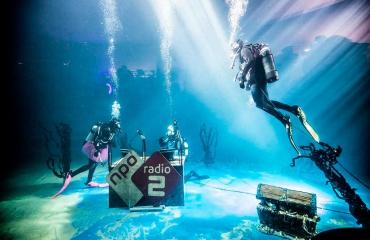 Onder water radio maken voor het milieu
