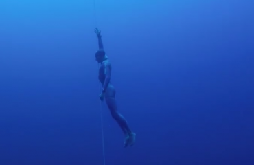 Onderwaterdrone filmt freediver van start tot finish