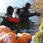 Nederland heeft een nieuwe kampioen oliebollen eten onder water